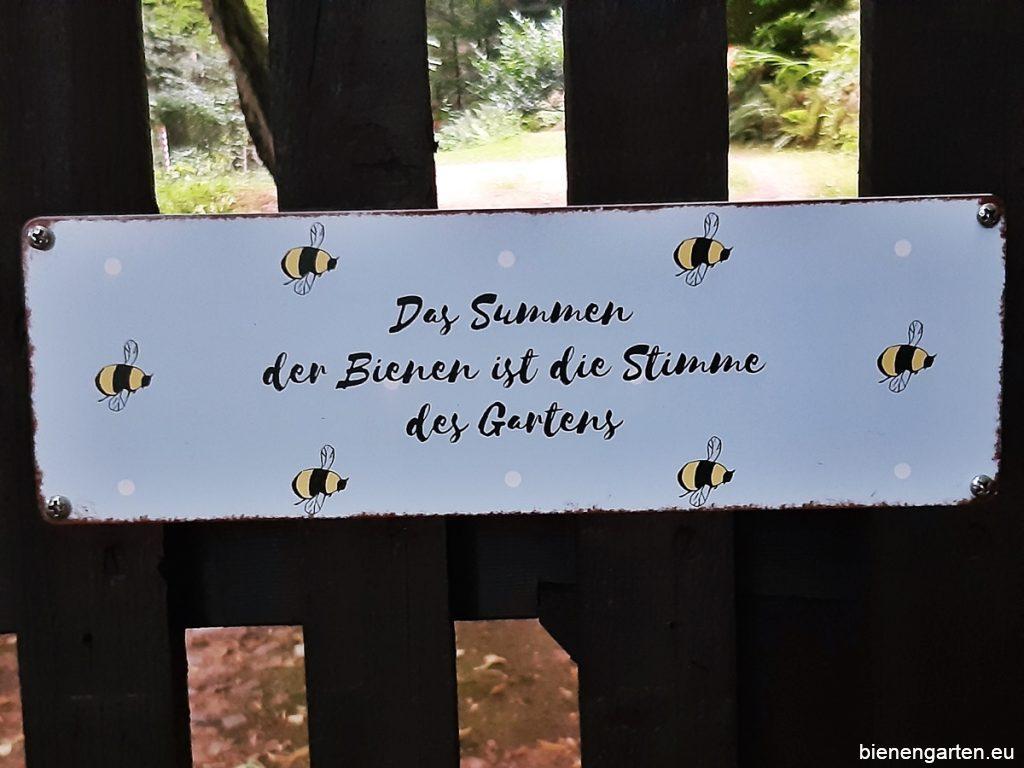 Schild am Eingang zum Bienengarten.